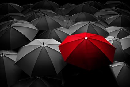 מטריה אדומה בולטת
