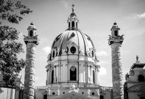 אפיפיורים הסרט - תמונה שחור לבן של הותיקן